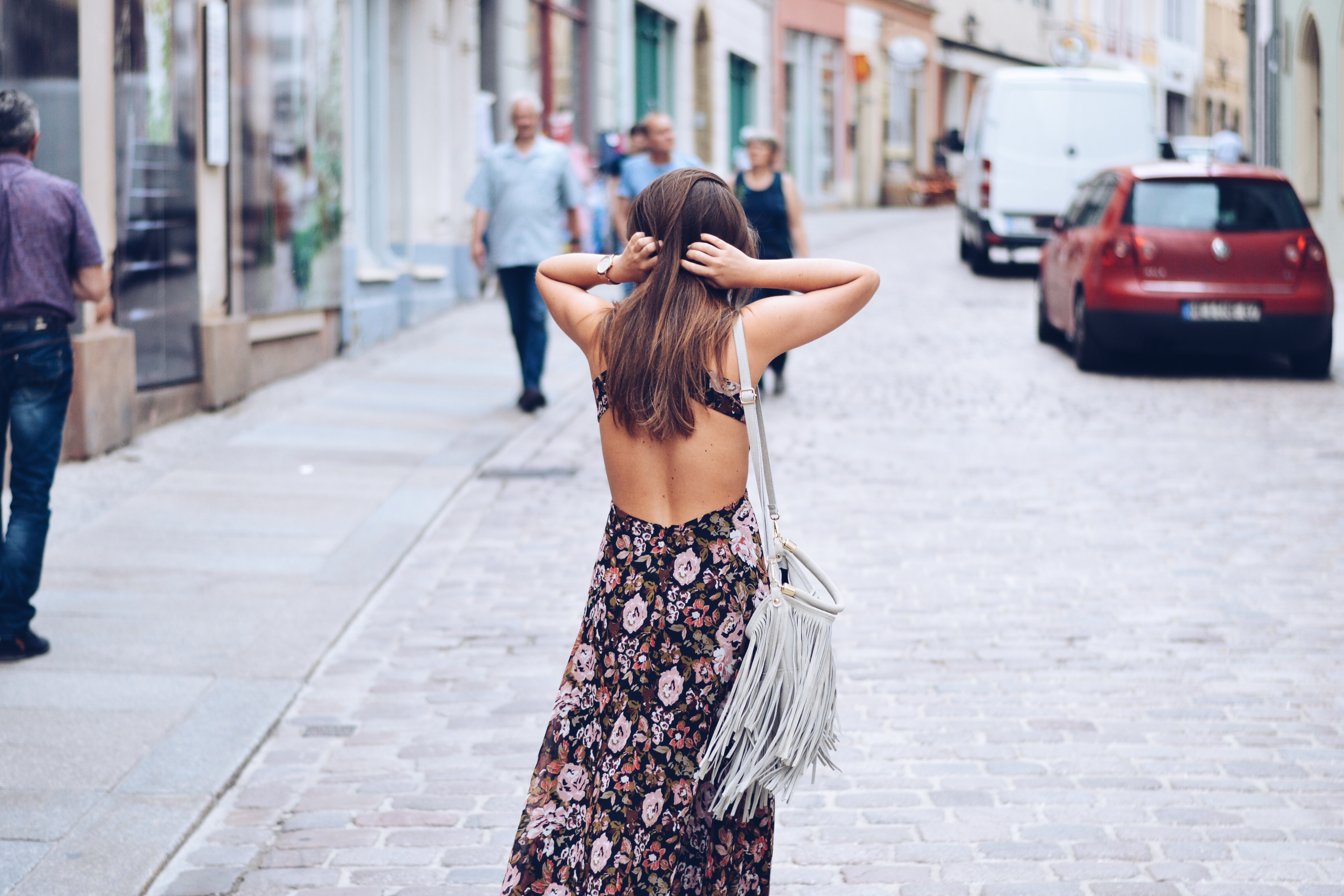 allthatchoices mainz meissen sommerkleid rückenfrei birkenstock metallic silber blumenkleid florales kleid floral dress altstadt old city blogger fashionblogger follow me brunette fransentasche hippie boho
