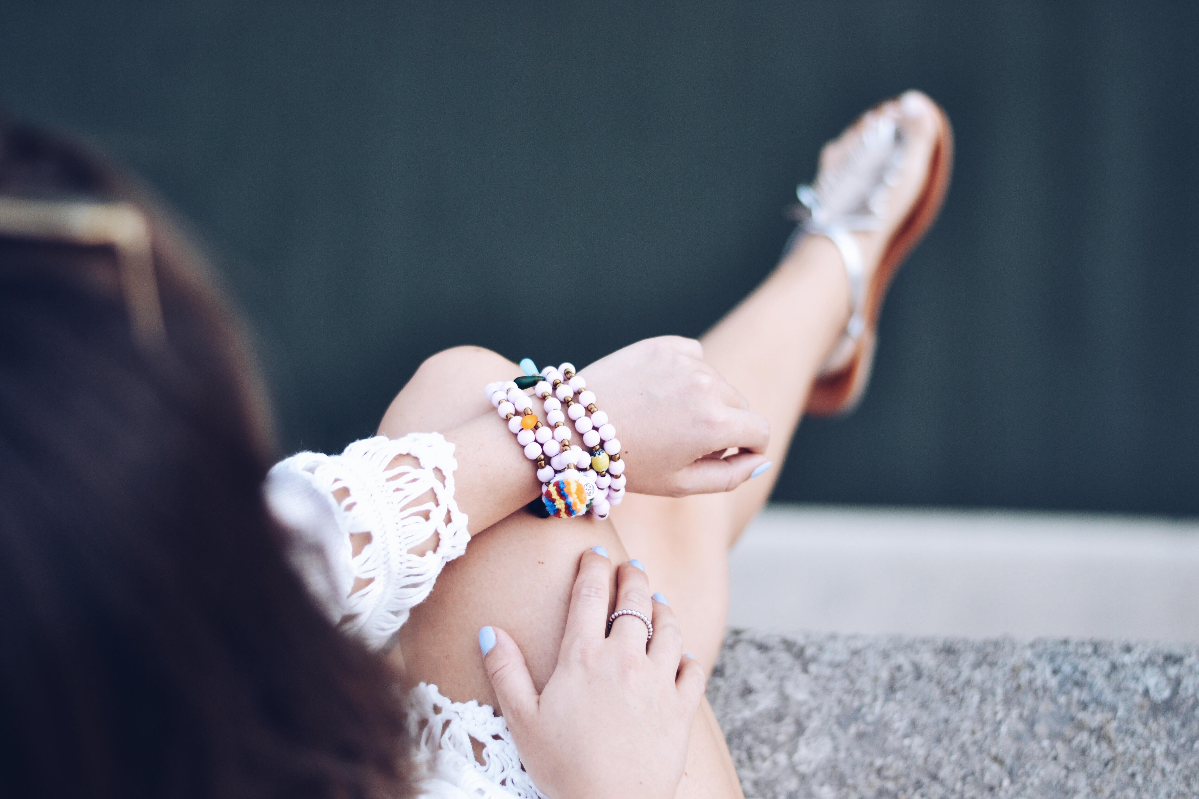 allthatchoices brunette hippie boho look ouitfit inspo inspiration fashionblog fashion fashionblogger tunika häkel spitze jeansshort weiße bluse sommer ibiza ray ban round metal rosa gold rose boyfriendshorts ripped jeans