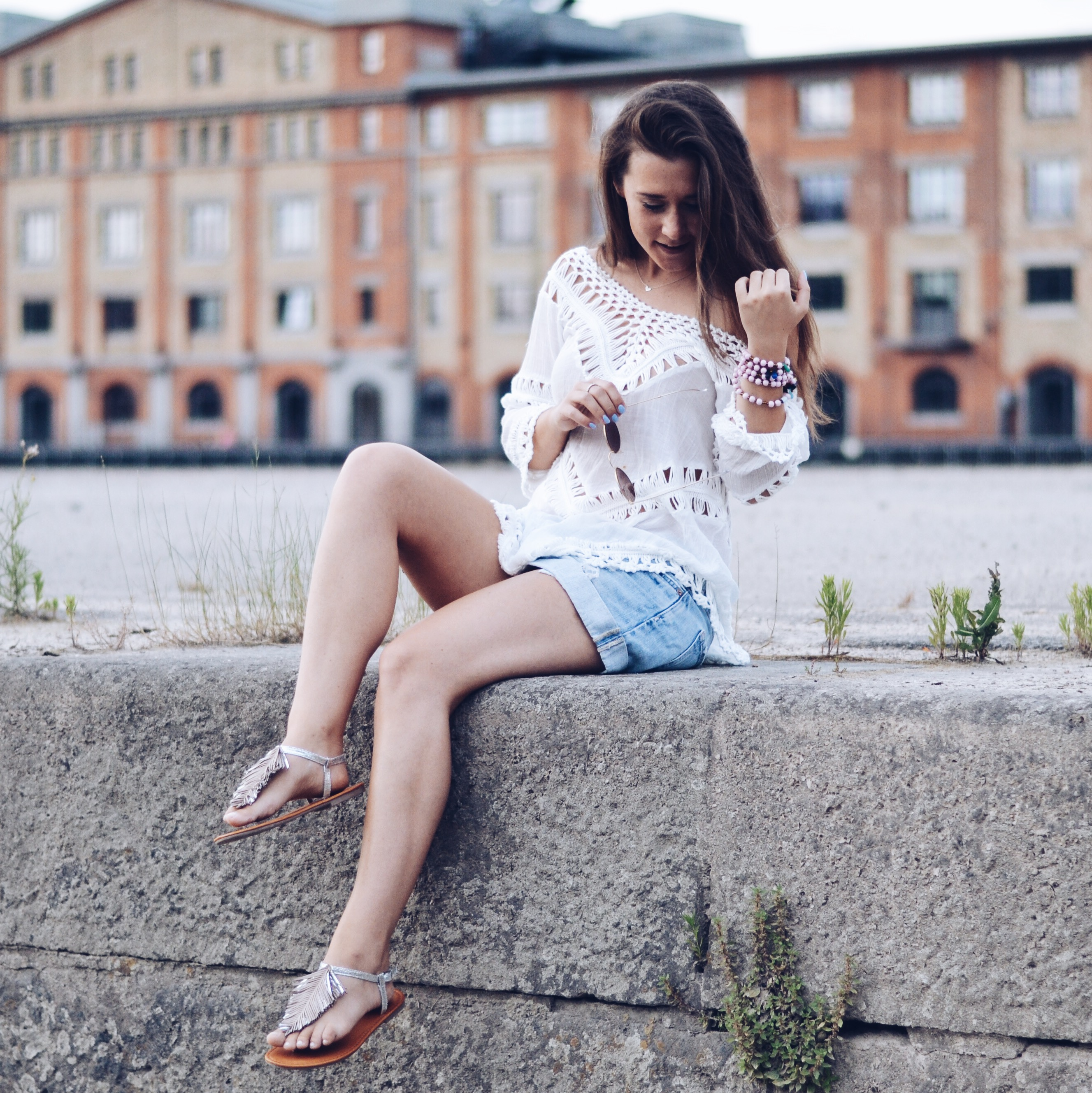 allthatchoices brunette hippie boho look ouitfit inspo inspiration fashionblog fashion fashionblogger tunika häkel spitze jeansshort weiße bluse sommer ibiza ray ban round metal rosa gold rose boyfriendshorts ripped jeans