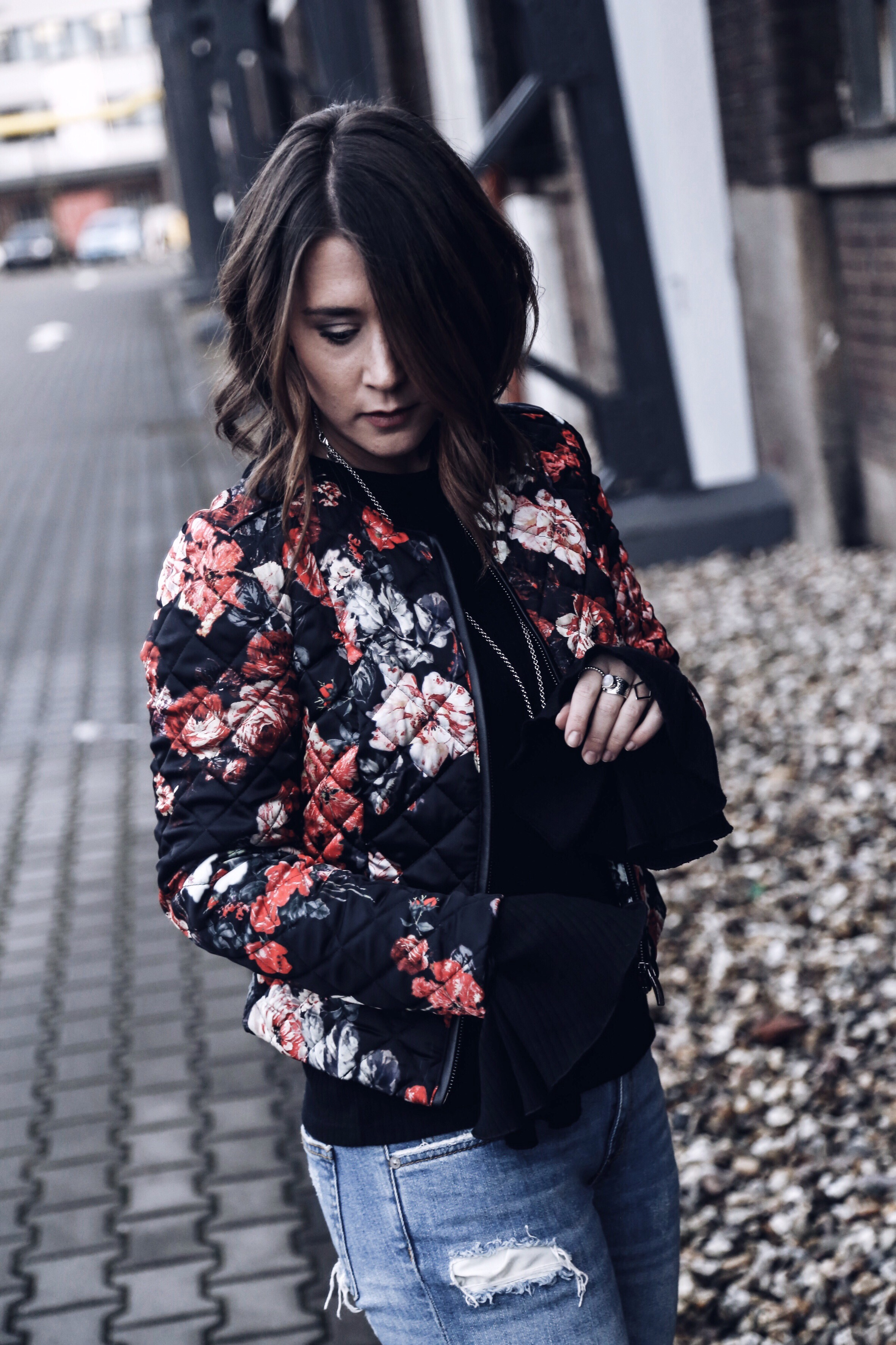 allthatchoices by laura fashionblog mainz floral bomber destroyed denim metallic boots netzstrümpfe trompetenärmel