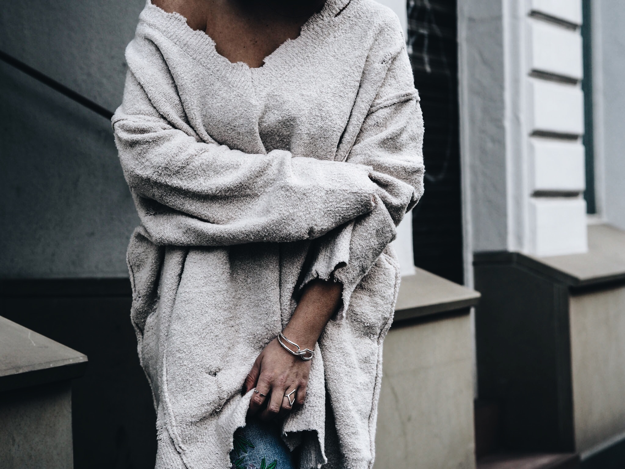 allthatchoices by laura fashionblog mainz oversize destroyed pullover jumper pulli jeans embroidered stickerei zara fellschlappen fake fur slippers