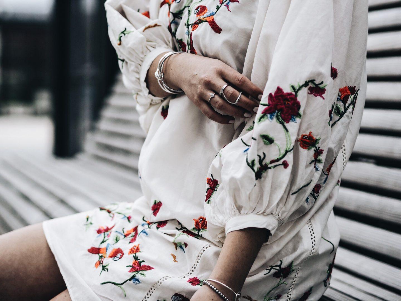 Frühlingskleid mit Stickereien & Rüschenschuhen