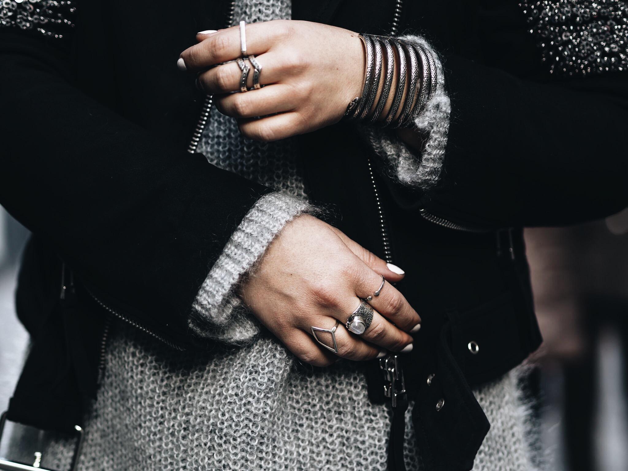 allthatchoices by laura fashionblog mainz blog grauer mohair pullover oversize lederjacke glitzer pailetten lederleggins puma sneaker sequin leatherjacket