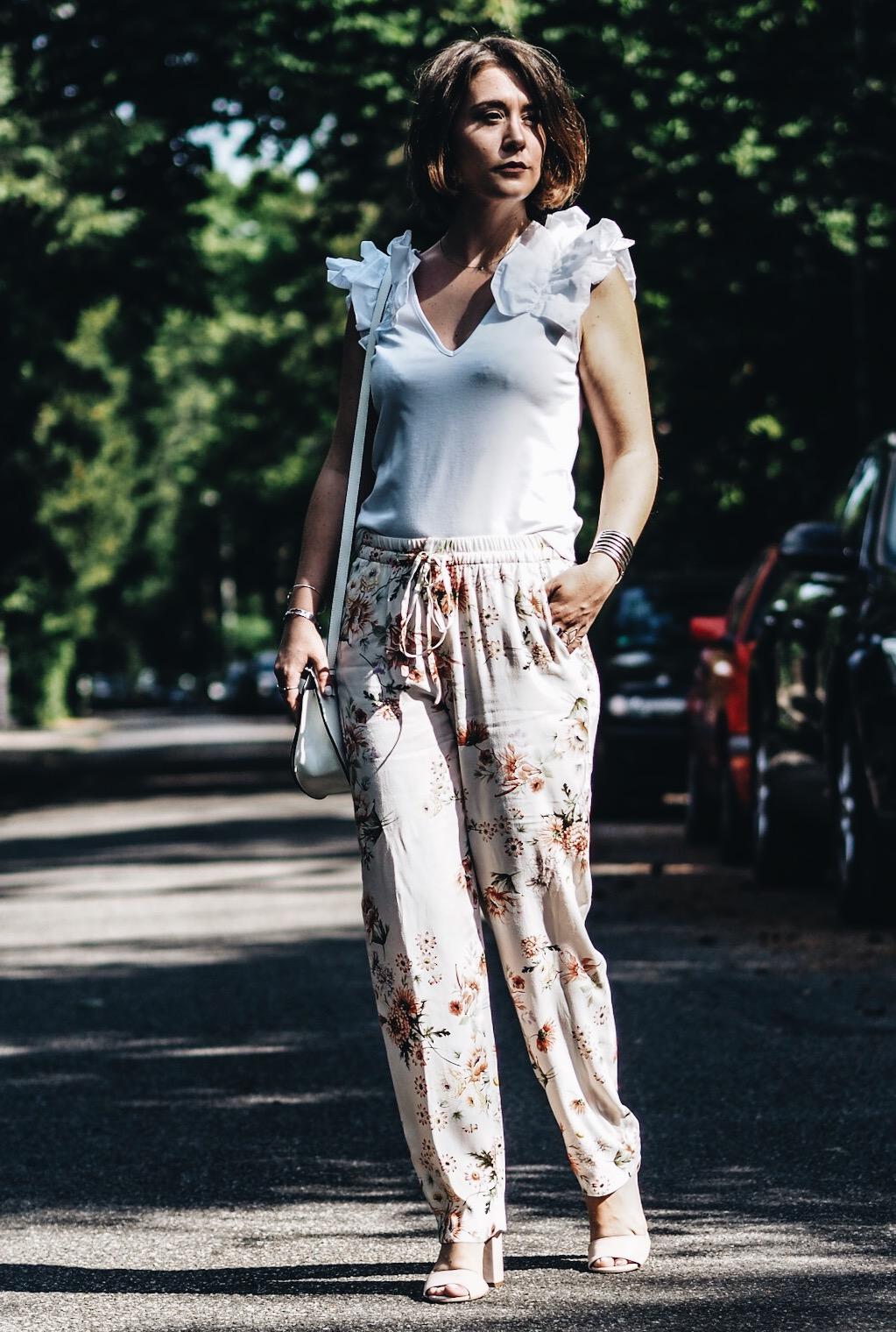 allthatchoices by laura fashionblog mainz blog frankfurt sommeroutfit rüschentop blumenhose floral zara blüten