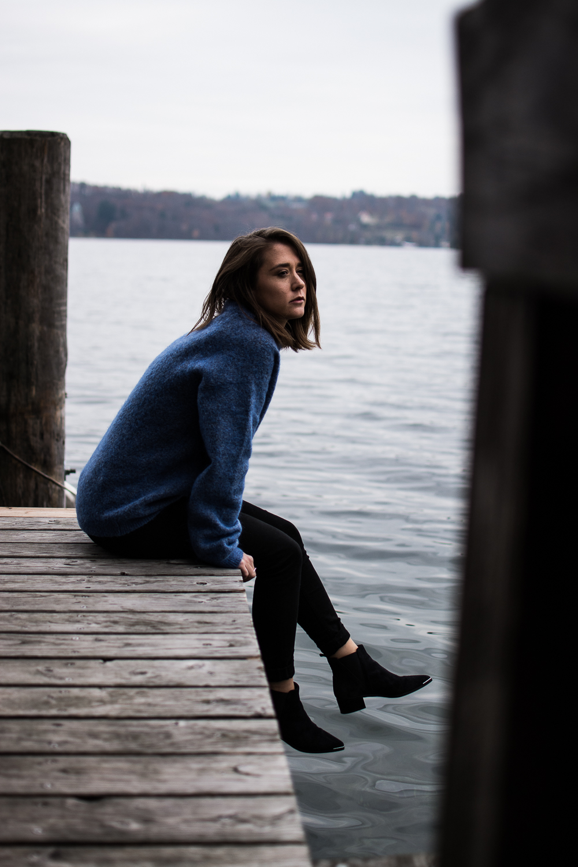 allthatchoices by laura fashionblog mainz blog frankfurt acne studios look blauer pullover boots wildleder starnberger see la villa
